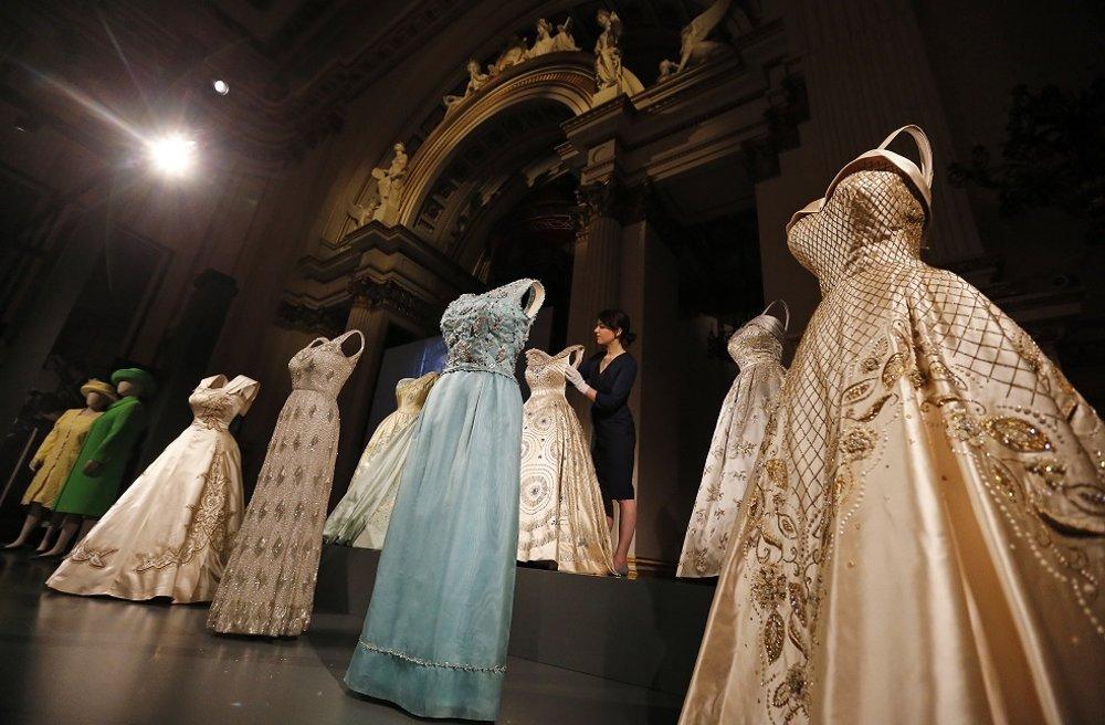 Výstava kráľovninej garderóby v Buckinghamskom paláci.