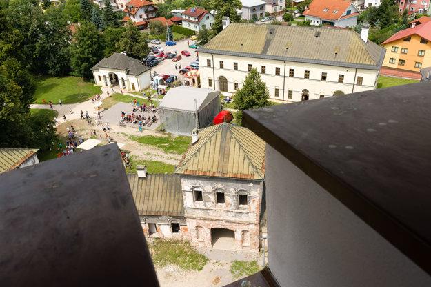 Pohľad z vrcholu veže na areál Budatínskeho zámku počas jeho rekonštrukcie v roku 2014.