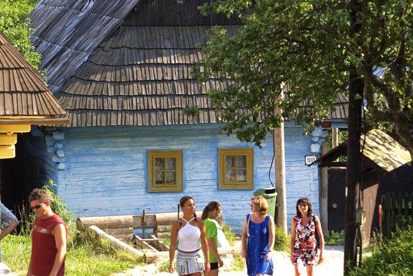 Vlkolínec priťahuje záujem domácich a zahraničných návštevníkov Slovenska.