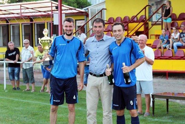 Starosta Vinodol Peter Straňák odovzdal víťazný pohár domácim futbalistom.