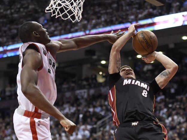 Tyler Johnson (vpravo) si bude aj naďalej obliekať dres Miami Heat.