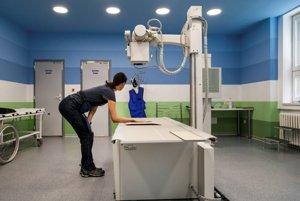 Pacientka na vyšetrení digitálnym RTG prístrojom.
