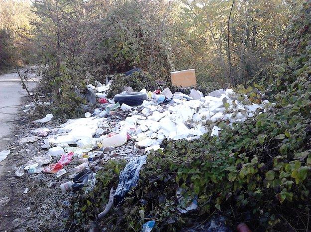 Odpad bol uložený aj v okolí Súľovskej ulice.