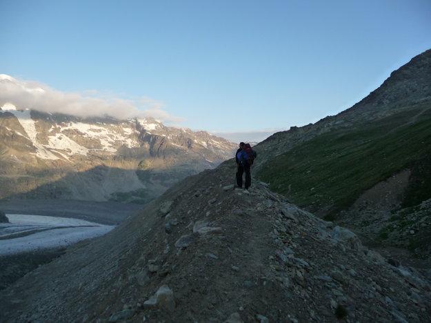 Zo sute na takýto násyp, ktorý vytvoril ľadovec. Vysoký bol desiatky metrov. A tu sme urobili chybu. Išli sme dole, namiesto hore.