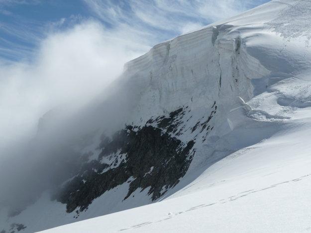 Tento ľadovec na skale je vysoký ako trojposchodový činžiak. Cesta vedie po streche.