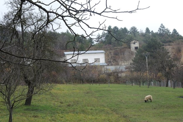 Záhrady a domy sú blízko lomu.