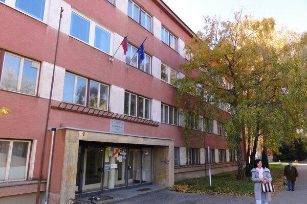 Strecha na Daňovom úrade (na snímke) stála vyše 35-tisíc eur, peniaze na ňu mesto schvaľovalo týždne po tom, čo práce začali.