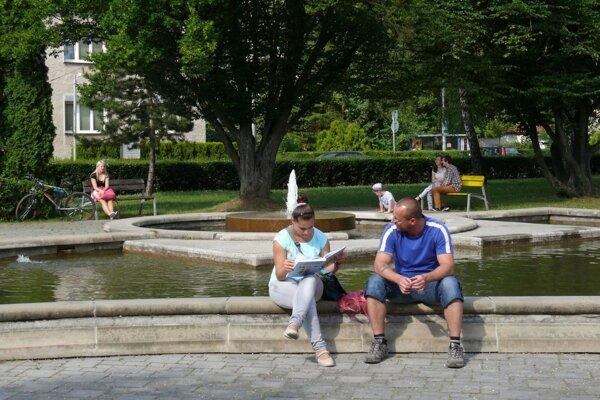 Na takúto pohodu pri fontáne môžeme tento rok zabudnúť.