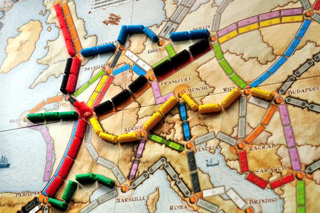 Ticket to Ride: Európa. Na prvý pohľad jednoduchá, no zároveň veľmi taktická hra.