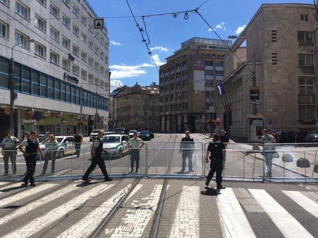 Policajné zátarasy na Štúrovej ulici.