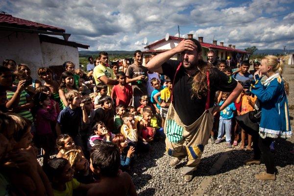 Po zásahu policajtov prišli do osady v Moldave nad Bodvou viaceré osobnosti verejného života, aby vyjadrili solidaritu so zbitými Rómami.