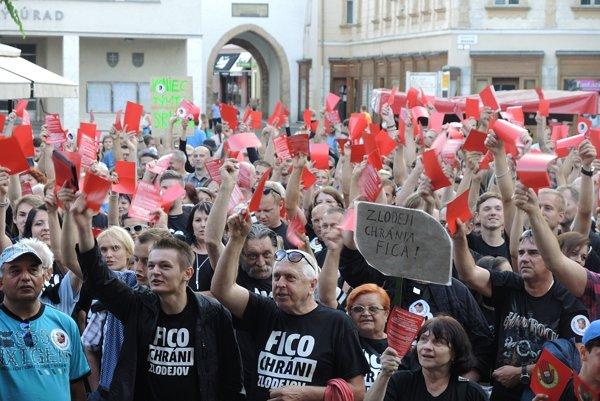 Viac ako 500 ľudí ukázalo ministrovi vnútra červenú.