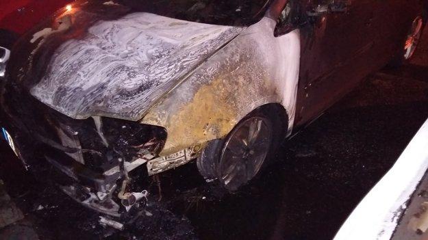Dve autá zhoreli.