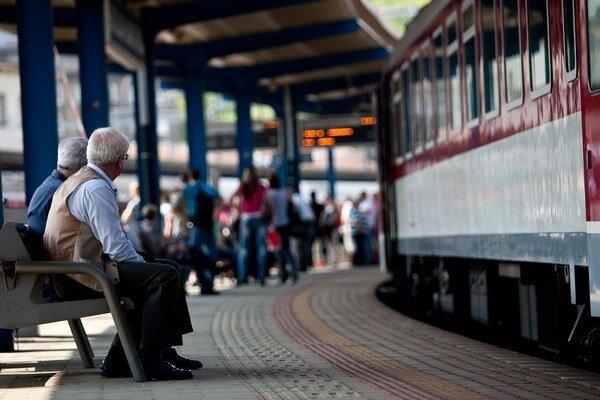 Zavedenie sociálnych zliav pre študentov a dôchodcov sa podpísalo aj pod dramatický rast záujmu o cestovanie vlakom.