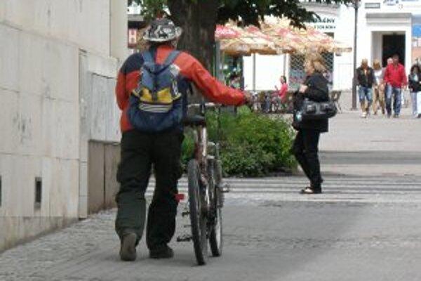 V pešej zóne v centre Prievidze musia cyklisti bicykel tlačiť vedľa seba.