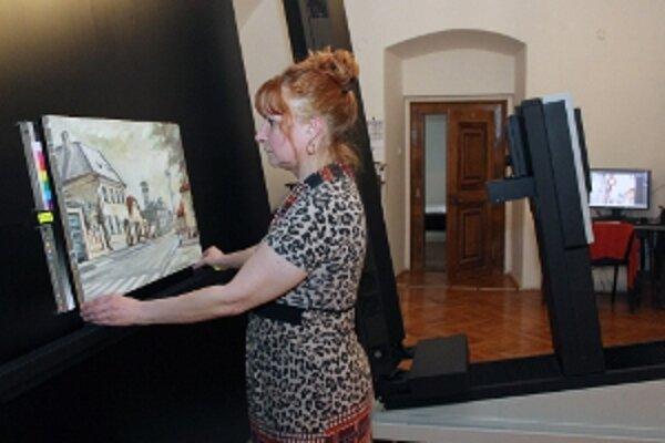 Adriana Jeleneková pripravuje obraz na skenovanie.