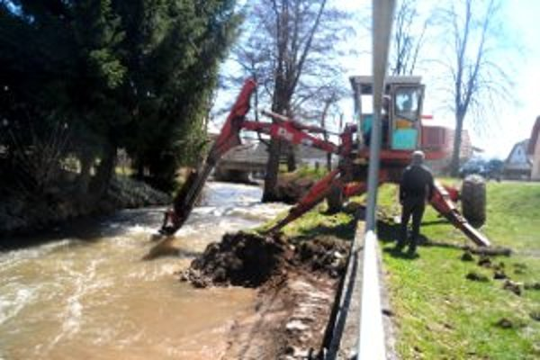 Z potokov v Malinovej vybrali naplavený piesok a bahno.