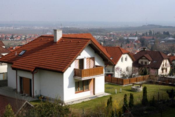 Rodinné domy sú vyhľadávané hlavne v obciach do desať kilometrov od Prievidze.