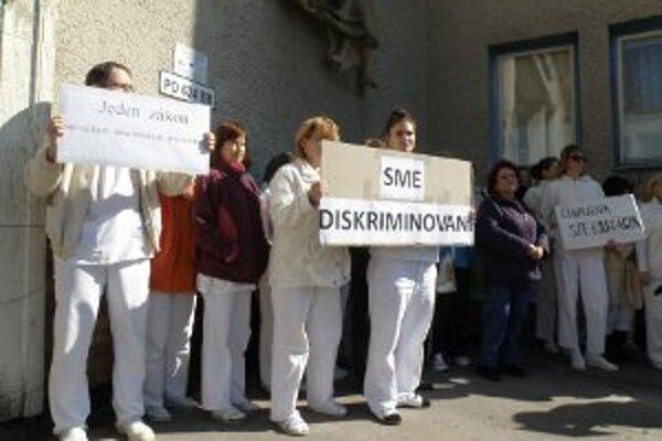 Protestujúci pracovníci bojnickej nemocnice prišli na zhromaždenie aj s transparentmi.