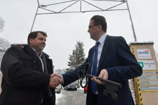 Minister Glváč (vpravo) odovzdal symbolický kľúč novému nájomcovi vo VOP Nováky.