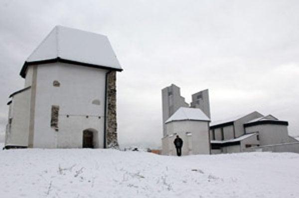 Vľavo je pôvodná, prevezená gotická svätyňa a vpravo pri novom kostole je jej kópia.