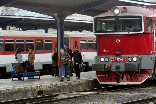 Ľudia sa pravidelne sťažujú na zapáchajúcich ľudí na vlakových staniciach.