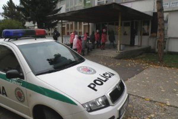 Žiaci sa vrátili do školy až po tom, keď policajti so psom prezreli celú budovu.