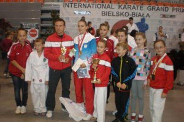 Karatisti ŠŠK Prievidza priviezli z Poľska trinásť medailí.