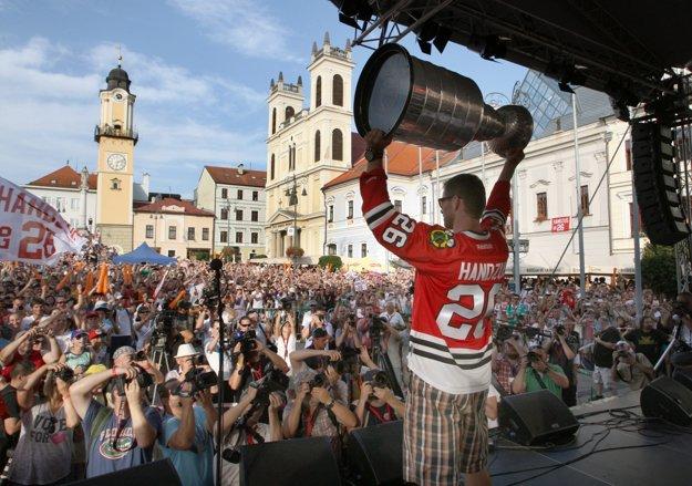 Handzuš. Najočakávanejšou udalosťou leta 2013 v Banskej Bystrici bol príchod banskobystrického rodáka Michala Handzuša s legendárnym Stanley Cupom. FOTO SME - JÁN KROŠLÁK