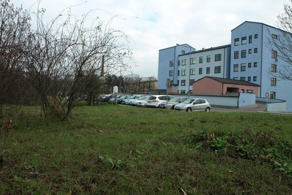 Zatiaľ nevyužitý mestský pozemok pri novom pavilóne.