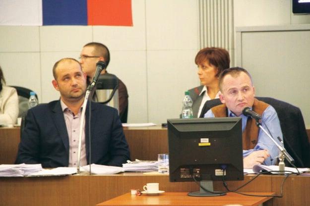 Množstvo otázok smerovalo nielen na primátora Petra Pašku (vpravo), ale aj na nového prednostu úradu Petra Bodokiho.