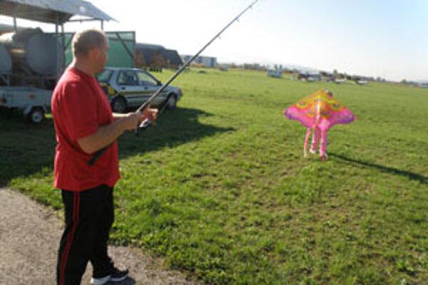 Norbert Ernek z Cigľa pomáhal dcére Katke pri púšťaní šarkana rybárskou udicou.