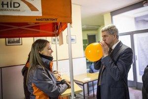 Smítingmi Mosta-Híd pomáhajú aj stranícki mládežníci. Do volieb chce strana stihnúť takýchto akcií takmer sto. Líder Béla Bugár chýba na máloktorej.