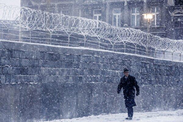 Most špiónov: Tom Hanks pri Berlínskom múre.