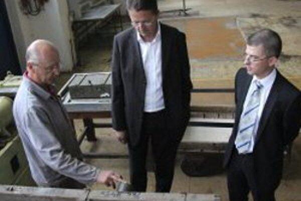 VOP Nováky nedávno navštívil minister obrany martin Glváč (v strede).