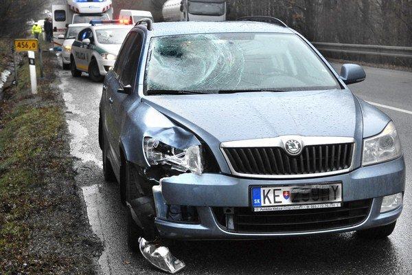 Škoda Octavia. Chodca zrazila pravou časťou.