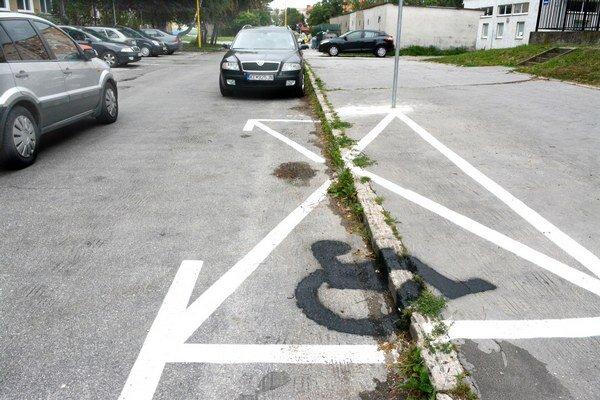 Parkovacie miesto pre invalidov. Zaniklo zrejme skôr, ako na ňom stihol vôbec niekto zaparkovať.