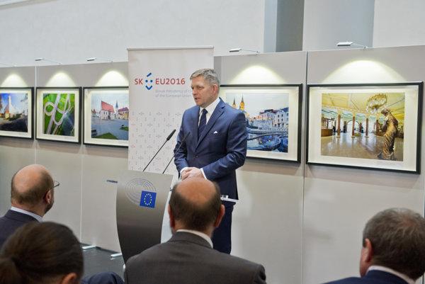 Predseda vlády SR Robert Fico pri prejave počas otvorenia výstavy fotografií v priestoroch Európskeho parlamentu.