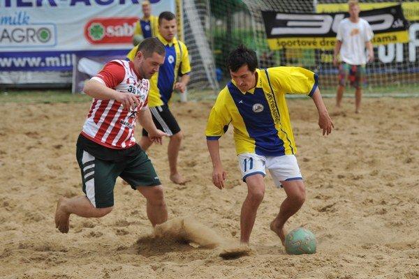 Atraktívny súboj. Ponúkol súboje na piesku, vpravo top strelec turnaja Džačovský.