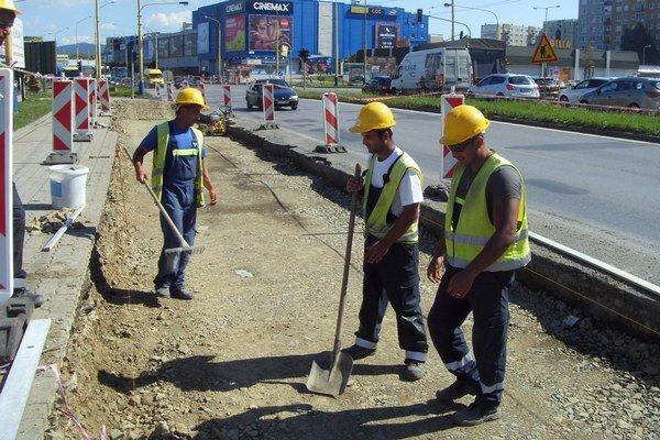 Rekonštrukcia by mala zahŕňať aj rozšírenie cesty a vytvorenie nových parkovacích miest.