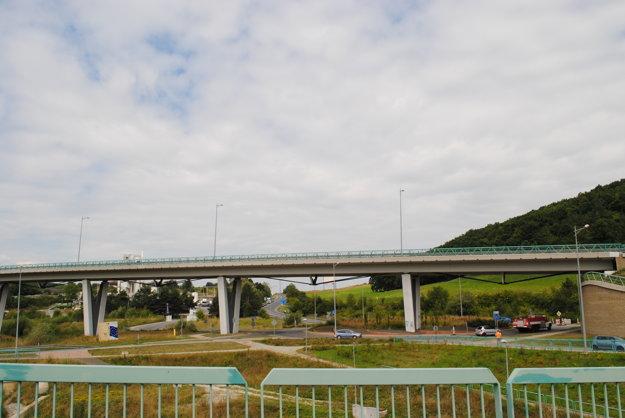 Diaľnica. V tejto časti sa napojí juhozápadný úsek diaľnice D1.