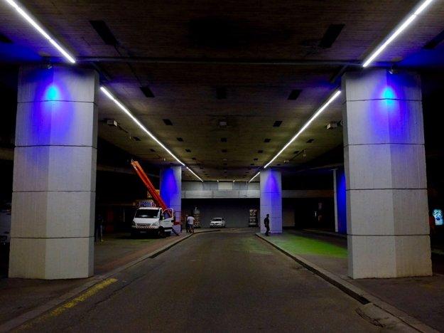 Farebné svietidlá budú na moste i pri zastávkach MHD.