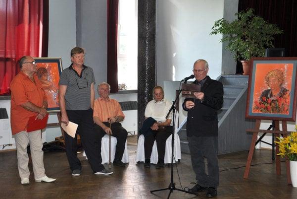 Zľava - kurátor výstavy Jozef Švikruha, autor Rudolf Rypák, otec a krstná mama Rudolfa Rypáka a Ján Ďurica.
