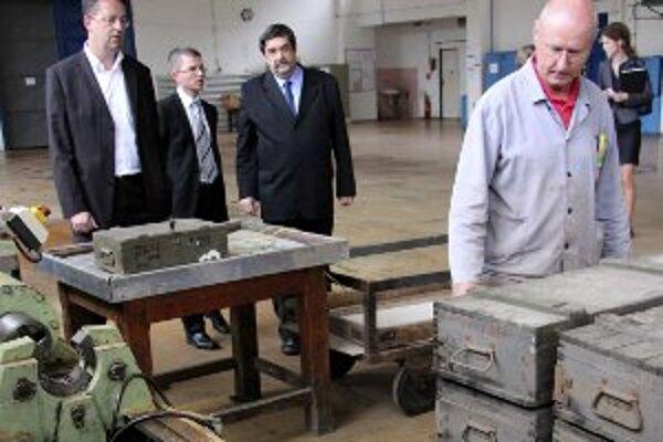 Minister obrany Martin Glváč (vľavo)dnes navštvívil VOP Nováky.