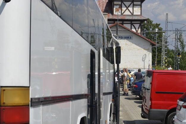 Náhradné autobusové spoje na stanici v Tatranskej Polianke.