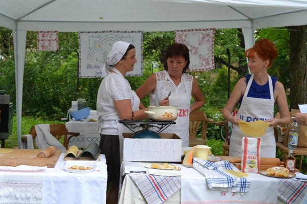 Ženy vyrábali chutné begne a chrapne.