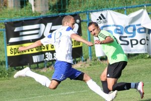 Bardejovská Nová Ves prvýkrát bodovala, zdolala Veľký Horeš. Hosťujúci Kolbas (vpravo) idomáci Stachura strelili po jednom góle.