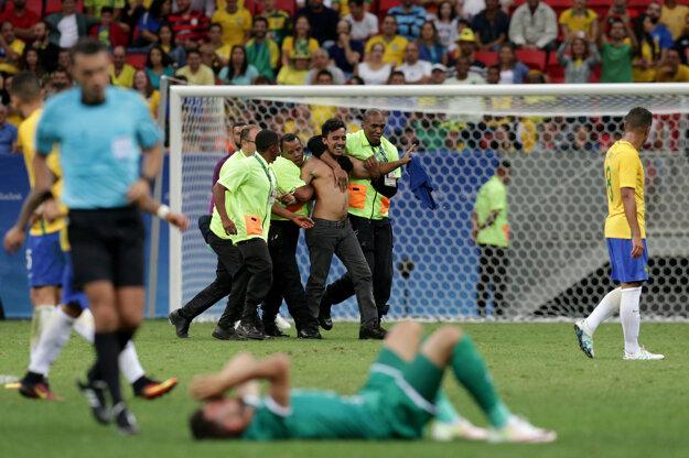 Fanúšik, ktorý vybehol na trávnik v zápase Brazília - Irak.