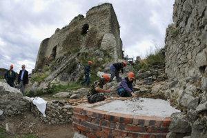 Práce na rekonštrukcii hradu.
