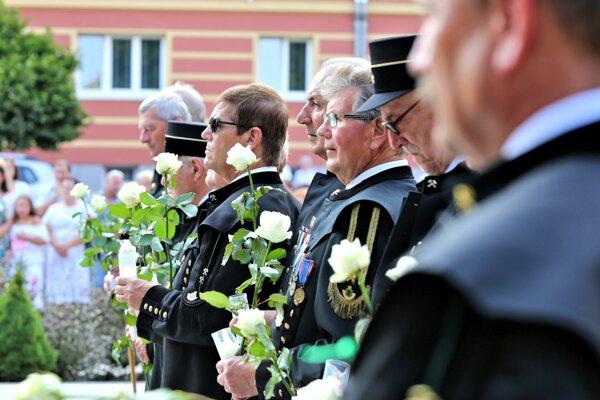 Aj bývalí baníci si bielymi ružami uctievajú svojich kolegov, ktorí v podzemí zahynuli.